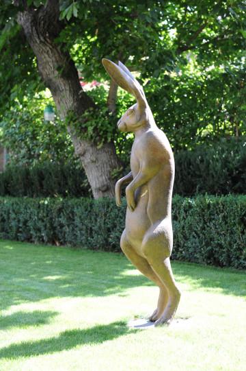 Le jardin est agrémenté d'une sculpture d'une artiste contemporaine, bronze représentant un lièvre debout.