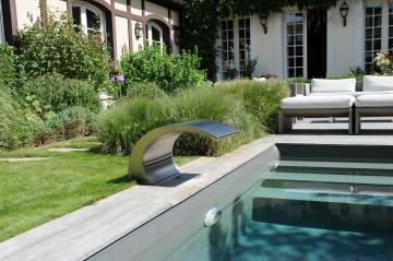La lame d'eau en inox Piscinelle apporte une touche de modernité métallique dans cet ensemble très classique.