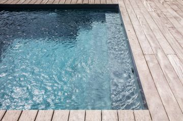 Le courant de la filtration donne cette texture unique à l'eau... une camaïeu de bleu, de pétrole, de gris, d'argenté... une gamme complète dans laquelle on se laisse volontiers emporter pour de longues méditations.