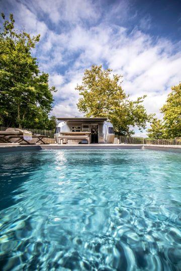 La couleur de l'eau de la piscine, comme un tableau entre ciel et mer, une quasi abstraction propice aux longues méditations.