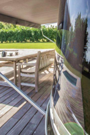 Dans le reflet de la vitre de l'Airstream, le carré de la Piscinelle comme une synthèse de cette espace piscine atypique.