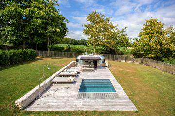La géométrie qui caractérise le dessin de l'espace piscine n'écrase pas, n'étouffe pas la magie du lieu : elle la sublime.