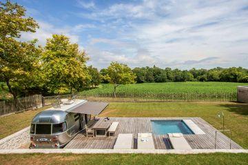 L'espace piscine est parfaitement délimité par la terrasse ipé sur deux côtés et par un petit muret traditionnel en pierres sèches des deux autres côtés. L'ensemble fait l'effet d'un espace précis, maîtrisé et pourtant très accueillant.