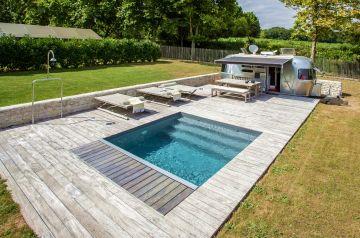 Petite piscine très design avec une terrasse bois dans l'air du temps.
