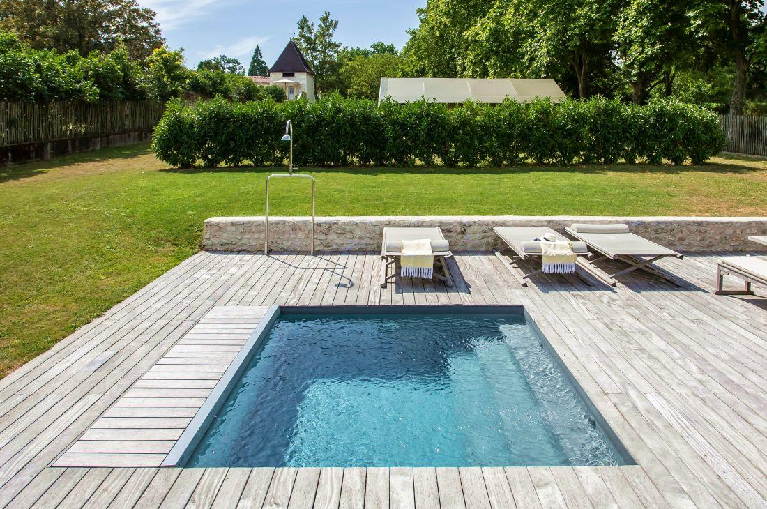 La piscine laisse place à de jolies espaces autour d'elle d'où l'on aura plaisir à regarder les reflets de son plan d'eau durant les rêveries de l'été.