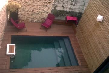Petite piscine véritablement entre quatre mur !
