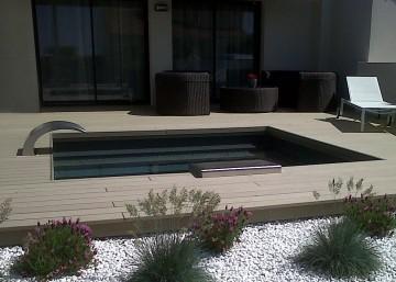 Petite piscine tendance zen avec une lame d'eau et un liner noir