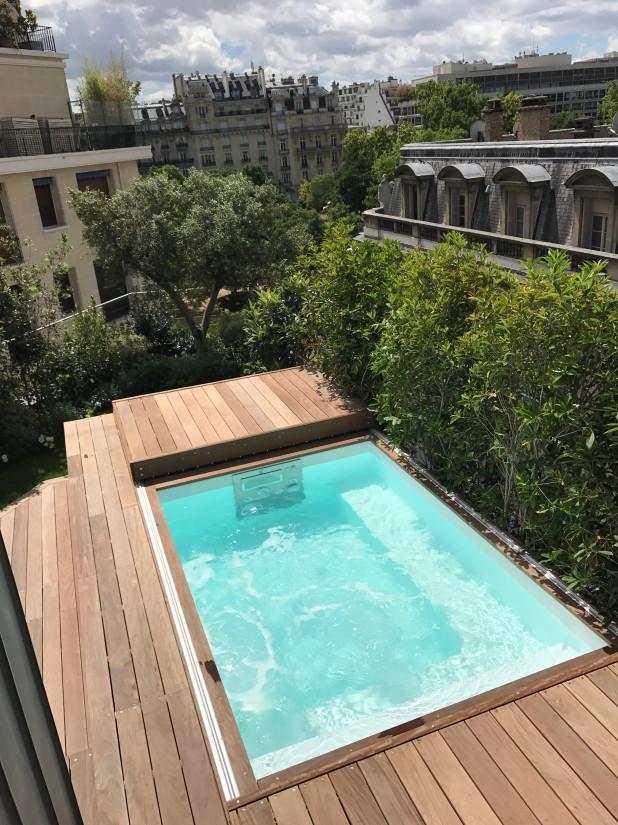 Piscine sans autorisation implantée sur un toit-terrasse à Paris et sécurisés avec une terrasse mobile.