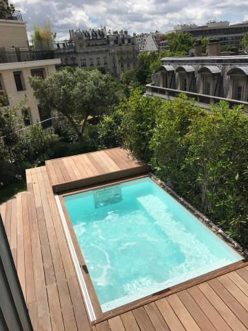 Une Piscinelle avec son Rolling-Deck installés sur un toit-terrasse à Paris XVI.