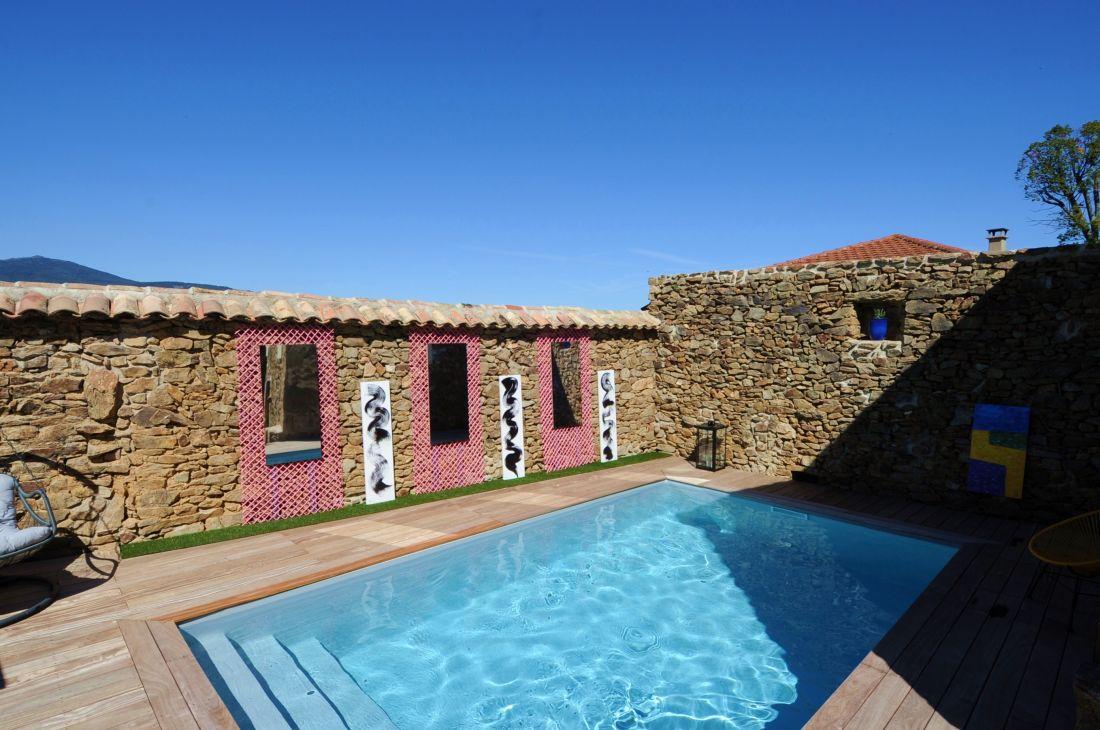 L'espace qui était en contrebas du jardin a été rehaussé et réhabilité utilement en un espace piscine cosy et accueillant.