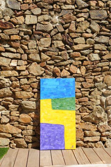 La peinture appuyée à même le mur représente les paysages de Provence, ses champs en été, de blés, de lavandes et son ciel toujours bleu !