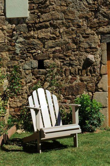 La petite chaise en bois est autant un élément de décoration simple que le parfait endroit pour fermer un œil face au soleil ouvert...