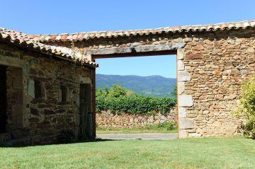Le large portail ouvert offre une idée de la vue imprenable depuis la maison sur les monts et les champs environnants.