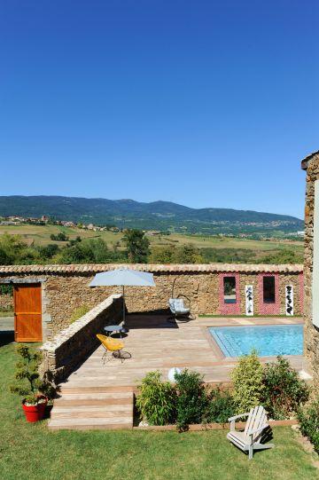 Ce jardin et cette piscine... un écrin de bonheur au milieu du paradis verdoyant de la campagne ardéchoise.