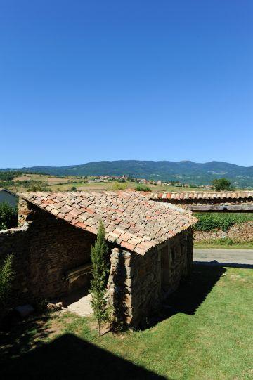 L'abri traditionnel est également réalisé en pierres sèches et recouvert des tuiles de la région.