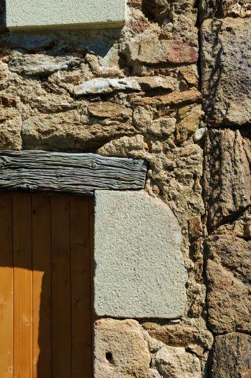 Détail du portail de la maison qui, mêlant les différents matériaux de la région, dispose d'un côté rustique en même temps que noble.