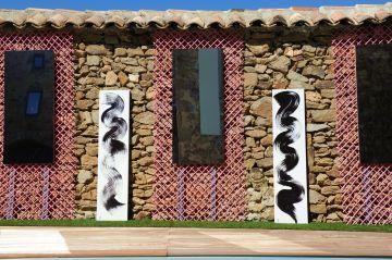 Le rythme des miroirs et des peintures zen apaise l'œil et font de la piscine plus qu'un plan d'eau convivial, une véritable réalisation esthétique poursuivant le but d'un certain art de vivre.