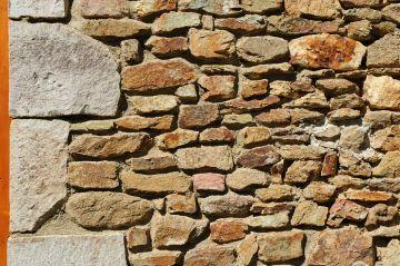 Les murs de pierres sèches d'Ardèche qui donnent un côté si identifiable et chaleureux au premier regard.