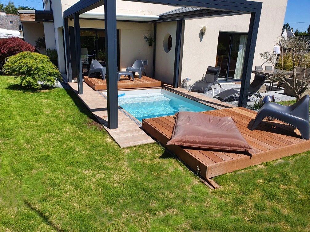Mini-piscine, Rolling-Deck et pergola sont le triptyque d'un nouvel art de vivre maîtrisé et apporté au cœur du foyer familial.