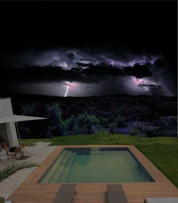 Une piscine carrée sous l'orage...