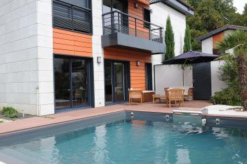 Le bleu de l'eau vient contraster l'orange de la maison