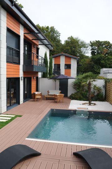Des maisons atypiques entourent la piscine