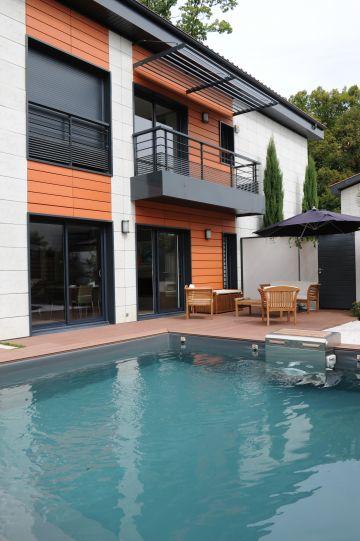 Un bel espace de nage dans une piscine carrée