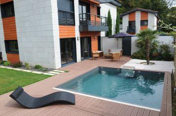 Une piscine carrée de taille 5.54m x 5.54m