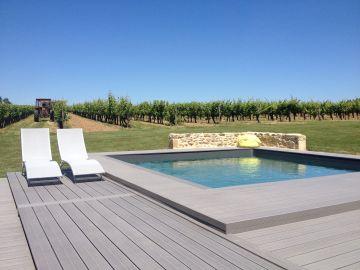 Piscine carrée au milieu des vignes dans le sud de la France.