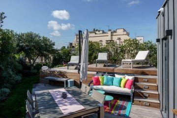 La terrasse parisienne est aménagée avec un peu de mobilier et la piscine légèrement sur-élevée qui se referme avec le Rolling-Deck.