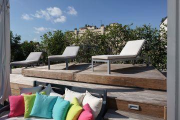 Sous le Rolling-Deck se cache la piscine, totalement sécurisée et intégrée à ce toit-terrasse au cœur de Paris.