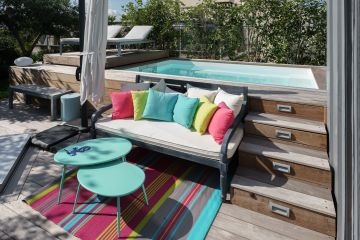 Le défi d'implanter une mini piscine sur un toit-terrasse au coeur de Paris a été parfaitement réussi avec une réalisation à la fois sobre et équilibré dans sa gestion des espaces, notamment grâce à l'apport de la terrasse mobile Rolling-Deck.