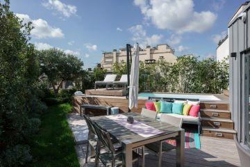 Depuis l'implantation de la petite piscine et son réaménagement, ce toit-terrasse parisien à pris tout son sens et devient un véritable lieu de vie pour toute la famille.