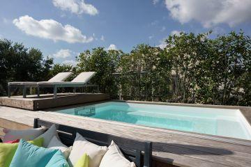 La piscine a été réalisée sur-mesure pour s'adapter parfaitement aux spécificités de ce toit-terrasse. Elle est équipée d'un MF5 en inox qui permet de ne pas percer le liner garantissant ainsi une étanchéité pérenne de la piscine.