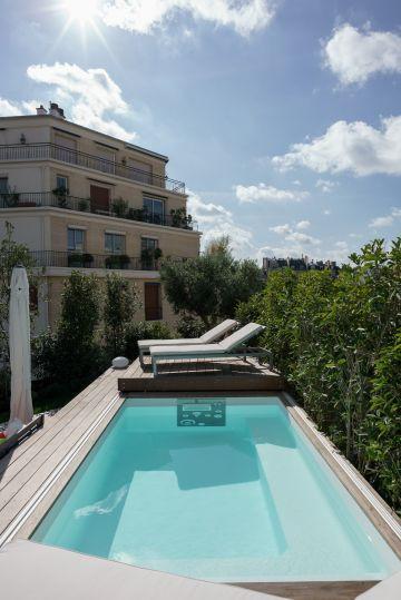 Une fois ouvert, le Rolling-Deck se positionne dans le prolongement de la piscine et rempli pleinement son rôle de terrasse.
