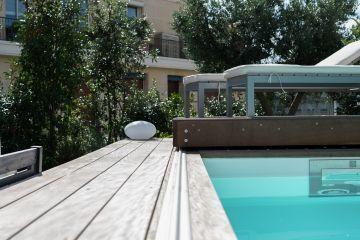 Le rail en aluminium anodisé du Rolling-Deck a été dessiné et réalisé sur-mesure pour un galbe et un confort de roulement parfait. Sa discrétion et sa simplicité en font l'atout fiabilité de votre terrasse mobile de piscine.