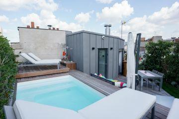 On accède au toit-terrasse par un escalier en colimaçon. Rhabillé d'un bardage de zinc l'extension est conçue comme un rappel aux toits de Paris environnant.