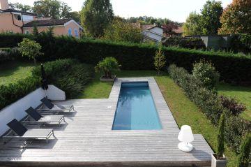 superbe piscine en forme de couloir de nage design
