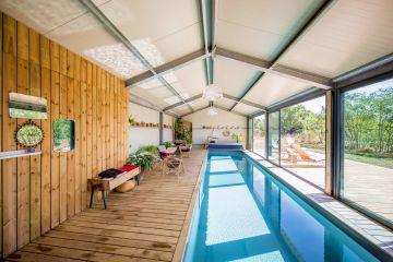 Particulièrement lumineux, ce couloir de nage d'intérieur est bordé de larges baies vitrées ouvrant sur la campagne angevine qui laissent passer un abondant soleil de printemps.