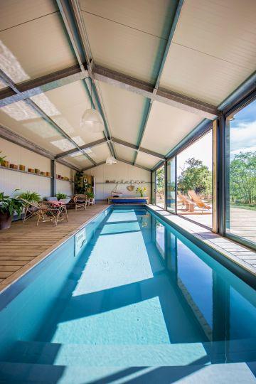 Tout en longueur ce bassin de nage d'intérieur révèle l'espace et donne un volume nouveau à la pièce.