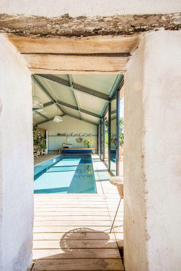 La pièce accueillant la piscine est séparée de la partie ancienne de la maison par un épais mur dont l'aspect rustique donne un charme fou à l'ensemble.
