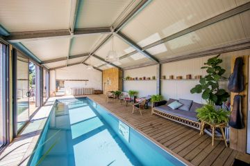 The modern structure houses a Piscinelle pool that lights everything up with its silvery reflections. A host of small objects brighten up the room and give the setting a slightly old-fashioned feel.