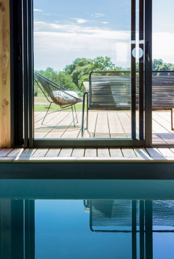 Like a work of art, the vertical and horizontal lines intersect and are reflected in the pool surface.