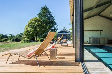 After a few lengths in the Anjou sun, visitors can take a well-earned break on this beautiful deck on the edge of the fields.