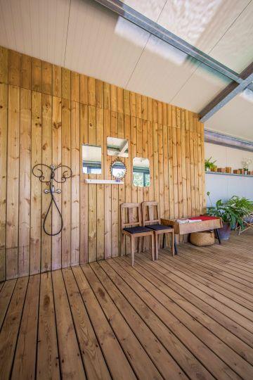 Une partie de la salle de la piscine a été bardée avec la même essence de bois qui a servie à réaliser les terrasses intérieures et extérieures. La réussite de l'ensemble tient également à la fragmentation de ce grand espace en volumes distincts pour l'œil du baigneur.