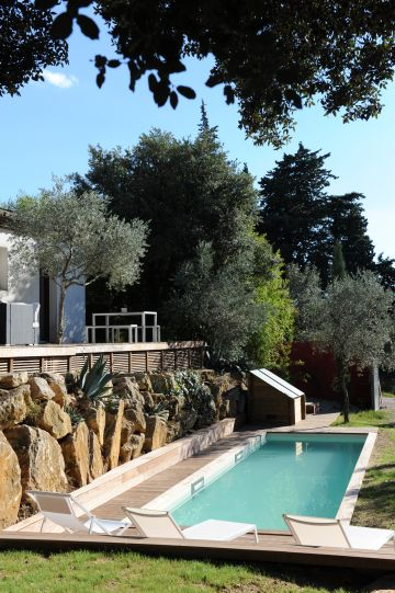 Cette piscine de charme permet la pratique du sport et notamment de la natation ou de l'aquabike.