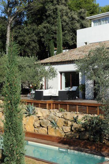 Une piscine de charme en Provence réalisée sur un terrain en terrasses.