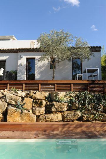 Cette vue de la piscine et de la maison sont l'évocation d'un tableau construit par couches superposées et apaisant.