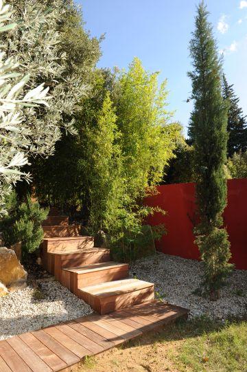 Les abords directs de la piscine ont été réalisés avec de la terrasse en ipé de même que les escaliers qui permettent de rejoindre le niveau supérieur où se situe la maison.