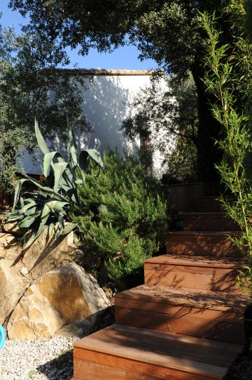 L'escalier en ipé a entièrement été réalisé sur place au moment de la construction de la piscine.